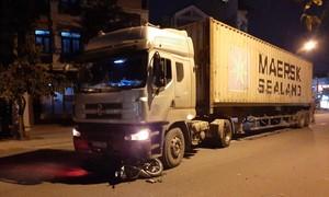 Người đàn ông nghi say xỉn bị xe đầu kéo tông nhập viện ở Sài Gòn