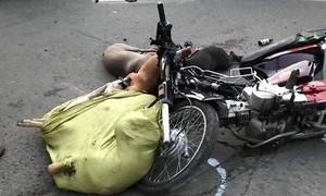 Hai xe máy tông nhau, bao tải chứa xác 6 chú chó văng xuống đường