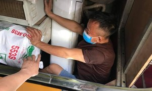 3 người đàn ông chui trong hầm xe lúc nhập cảnh để trốn cách ly