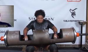 Clip người phụ nữ phá kỷ lục thế giới khi nâng được 135kg