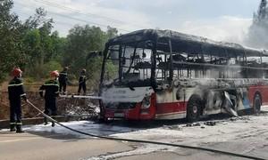 Xe giường nằm chở 16 người bốc cháy dữ dội trên đường