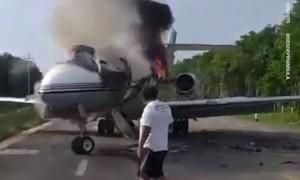 Clip đốt cháy máy bay chở gần 400 kg ma túy để tẩu thoát