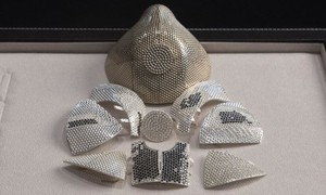 Doanh nhân làm khẩu trang nạm kim cương giá 1,5 triệu USD