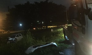 Xế hộp bay như phim hành động trên xa lộ trong cơn mưa lớn