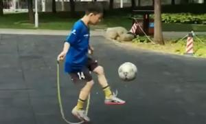 Clip cậu bé vừa tâng bóng, vừa nhảy dây