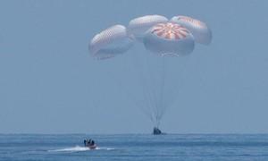 Clip khoảnh khắc tàu SpaceX chở phi hành gia hạ cánh