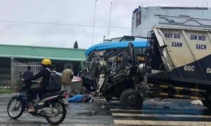 Xe khách va chạm xe rác, 3 người văng xuống đường bất động