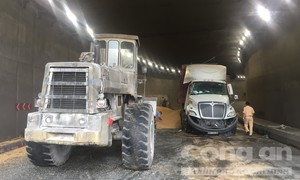 Xe container lật, đậu nành ngập trong hầm chui ngã tư Vũng Tàu