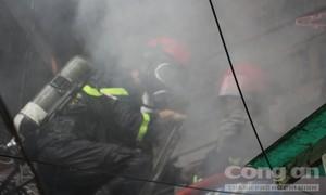 Cảnh sát PCCC cứu 8 người trong căn nhà bốc cháy ở trung tâm TPHCM