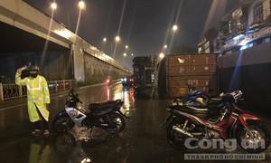 Xe container lật nhào khi ôm cua qua ngã tư ở Sài Gòn