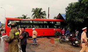 Trời mưa lớn, xe khách gặp nạn rồi lao vào điểm thu mua thanh long