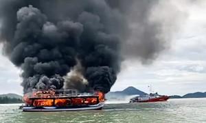 Tàu du lịch cháy dữ dội, 25 người thoát nạn