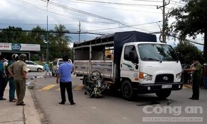 Xe tải ôm cua, cán đôi nam nữ đi xe máy tử vong thương tâm