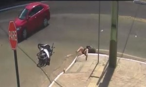 Clip hy hữu người phụ nữ bị ô tô tông rơi luôn xuống cống