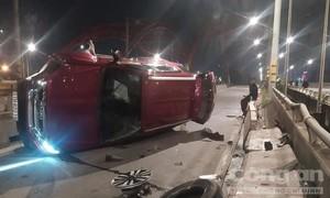 Ô tô lật nhào trên cầu ở Sài Gòn, 2 người bị thương