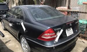 """TPHCM: Tìm chủ nhân chiếc Mercedes C200 bị """"vứt bỏ"""" ngoài đường"""