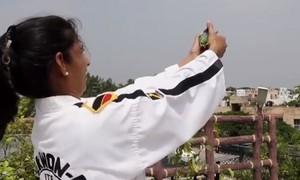 Clip phụ nữ Ấn Độ dùng súng hơi cay như lưu đạn chống kẻ hiếp dâm