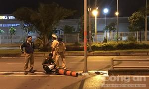 TPHCM: Tông cột biển báo phân chia làn đường, nữ công nhân tử vong