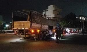 TPHCM: Đèn đường hỏng, đôi nam nữ tông vào xe tải nhập viện