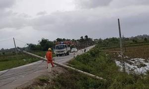 Hàng trăm cột điện gãy đổ dù bão không lớn