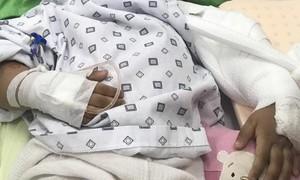 Bé gái 5 tuổi ngã gãy khủyu tay, trường chậm đưa đi cấp cứu khiến gia đình bức xúc