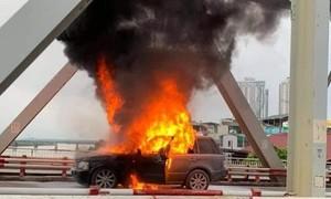 Đang chạy, siêu xe Range rover cháy dữ dội, bị thiêu rụi trong vài phút