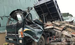 Bức tường bê tông đổ sập, đè chết tài xế xe ben trong cabin