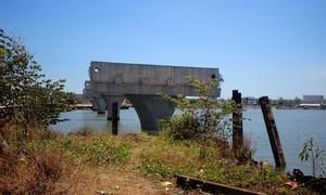 Vướng mặt bằng, cầu xây 3 năm vẫn chưa xong