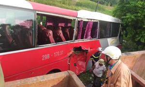 Tàu hỏa hất văng xe khách 45 chỗ chở học sinh