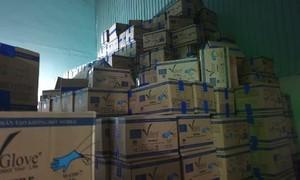 Bắt 5.000 thùng găng tay y tế giả, có dán tem 'chứng nhận lưu hành quốc tế'