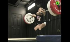 Clip cô bé 7 tuổi nâng được mức tạ 80 kg