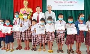 Trao 100 suất học bổng cho học sinh nghèo hiếu học