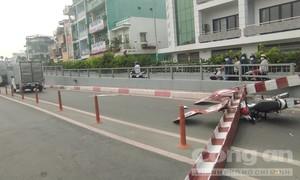 Xe tải kéo sập barie, đè lên xe máy chở 2 người ở Sài Gòn
