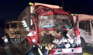 Xe giường nằm và 3 xe tải tông liên hoàn, nhiều người thoát chết