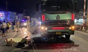 Xe đầu kéo tông xe máy băng qua giao lộ, 2 người thương vong