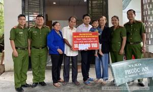 Phòng Cảnh sát PCCC Công an TPHCM tặng kinh phí sửa nhà đồng đội