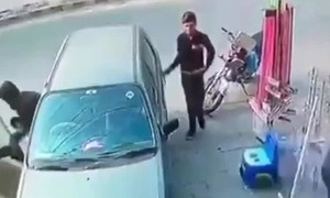 Video lật tẩy thủ đoạn trộm đồ trên xe ôtô