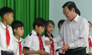 Tặng học bổng cho học sinh nghèo, hiếu học ở Tây Ninh