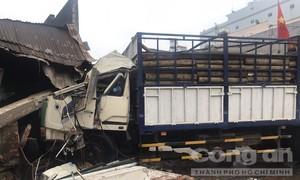 Hai xe tải va chạm rồi cán nát nhiều xe máy, tông sập cổng uỷ ban phường