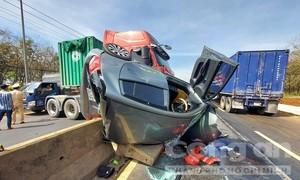 Xe container tông lật ô tô 4 chỗ, nhiều người kêu cứu