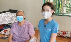 Hoa hậu Đỗ Thị Hà tặng quà bà con khó khăn tại TPHCM