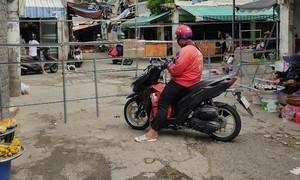 Quận Bình Thạnh: Rào đường để cấm họp chợ?