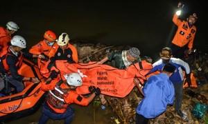 Indonesia: Tham gia ngoại khoá vớt rác ven sông, 11 học sinh chết đuối