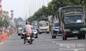 Người đi xe máy trong làn ôtô quay đầu bất chấp 'thần chết' để né CSGT