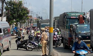 TPHCM: Xe đầu kéo cán tử vong người đi xe máy, giao thông ùn tắc 3km