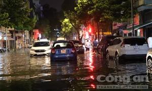 Mưa lớn kéo dài, khu trung tâm TPHCM ngập sâu, ô tô chết máy hàng loạt