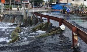 TPHCM: Mưa lớn cuốn rác làm nghẽn cống 'kênh thúi', gây sạt lở