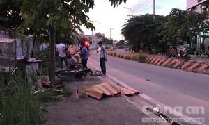 Xe máy leo lên lề tông cây xanh ở TPHCM, một người tử vong