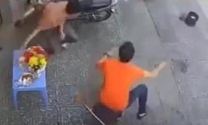 Clip người đàn ông phản xạ nhanh khiến 2 tên cướp giật hụt điện thoại
