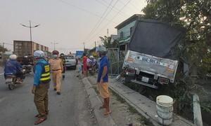 Tiền Giang: Xe tải va chạm xe máy sau đó lao vào nhà dân